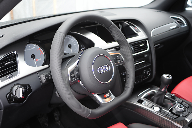 New R8-V10 steering wheel installed.
